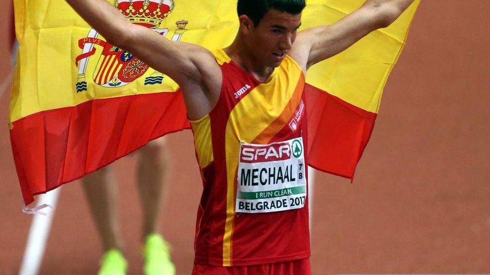 Foto: Adel Mechaal celebra su victoria en Belgrado con una bandera española. (EFE)