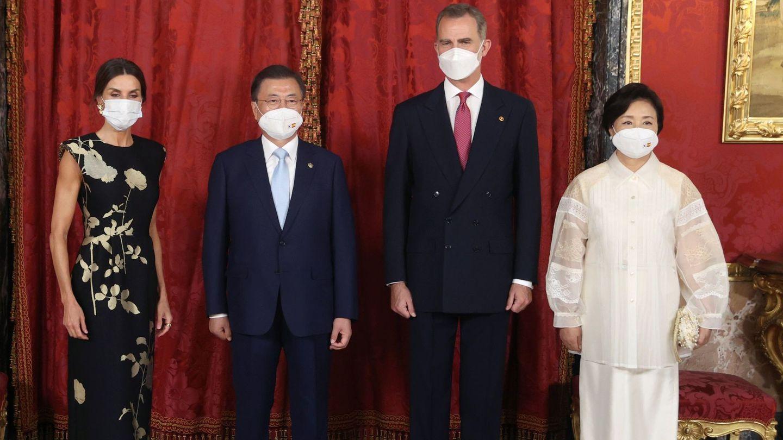 Los Reyes, junto al presidente y la primera dama coreana. (EFE)