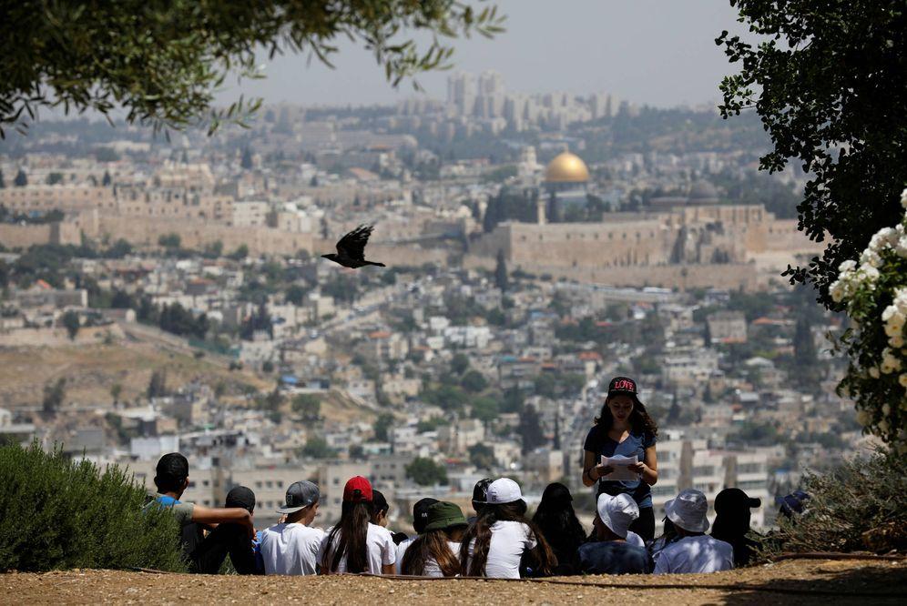 Foto: Escolares israelíes observan Jerusalén desde Armon Hanatziv, el 11 de mayo de 2017. (Reuters)