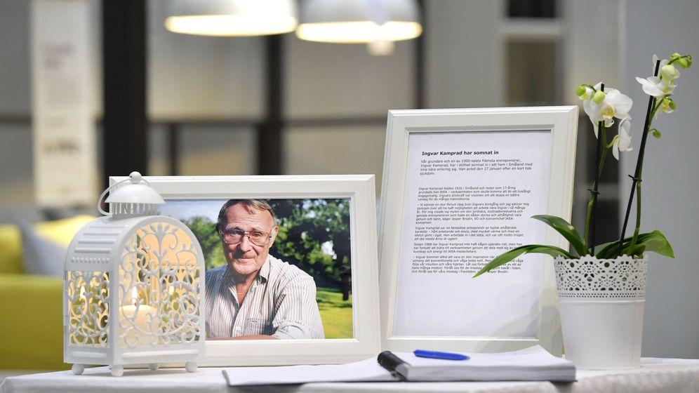 Foto: Fotografía de Ingvar Kamprad y un libro de condolencias a la entrada de una tienda de Ikea en Estocolmo. (EFE)