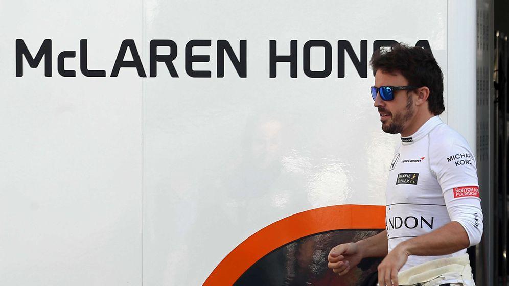 Foto: Alonso, en el paddock del Circuit de Barcelona-Catalunya durante la pretemporada. (EFE)