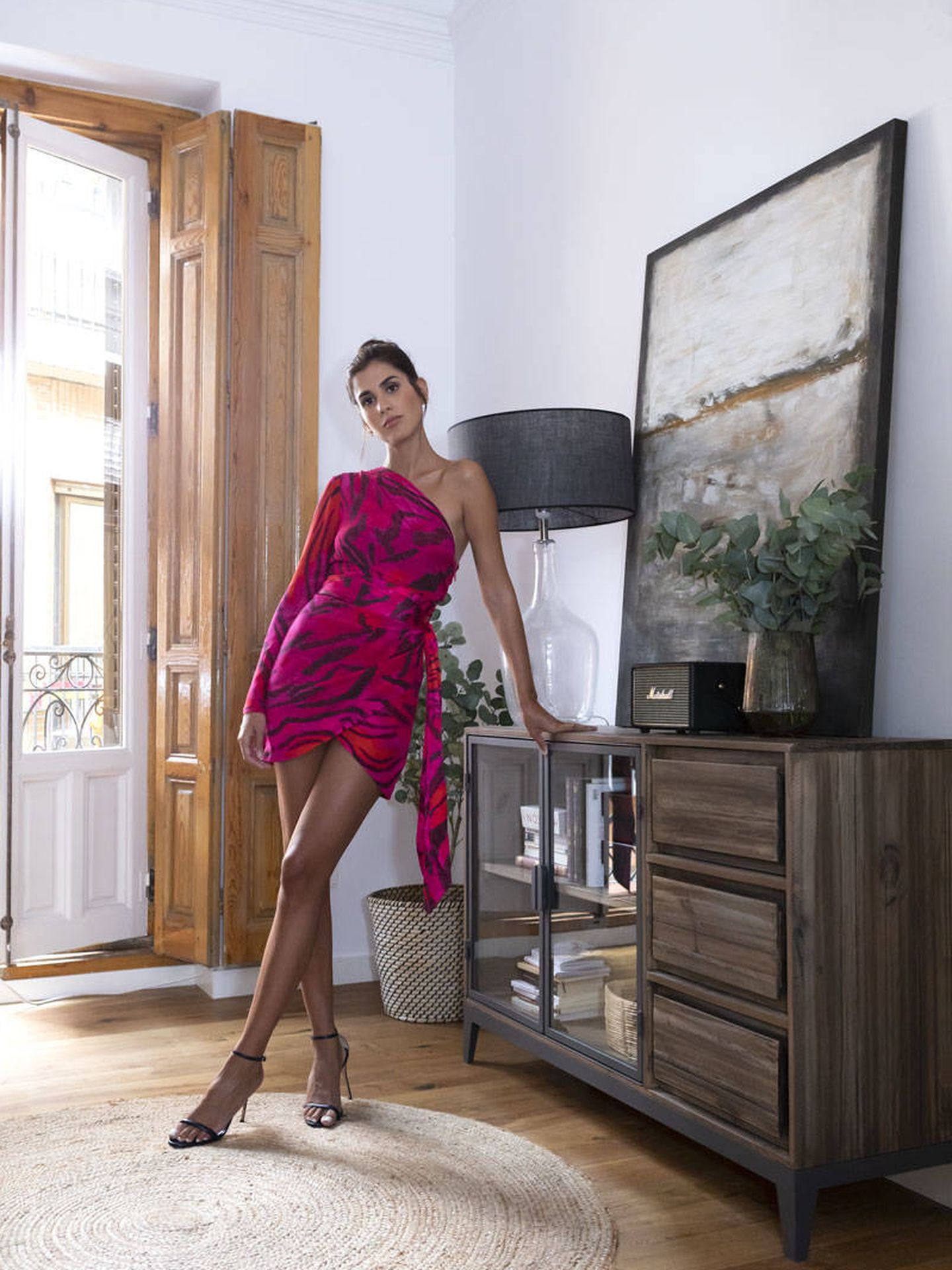 Mery Turiel posa con sandalias de Carolina Herrera y vestido de Adriana Iglesias.