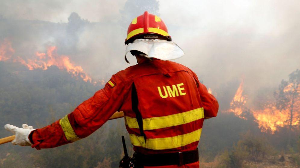 Foto: Efectivos del UME apagan el incendio. (EFE)
