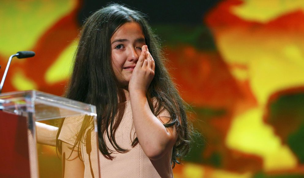 Foto: La sobrina del director Jafar Panahi llora al recoger el Oso de Oro, en nombre de su tío, arrestado en Irán. (REUTERS)