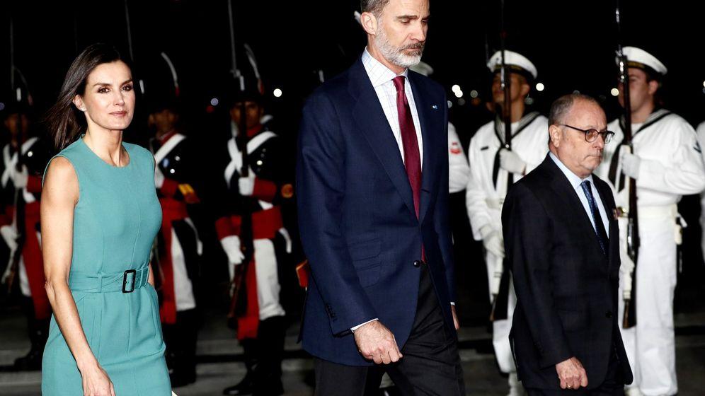 Foto: Los Reyes a su llegada a Argentina. (EFE)
