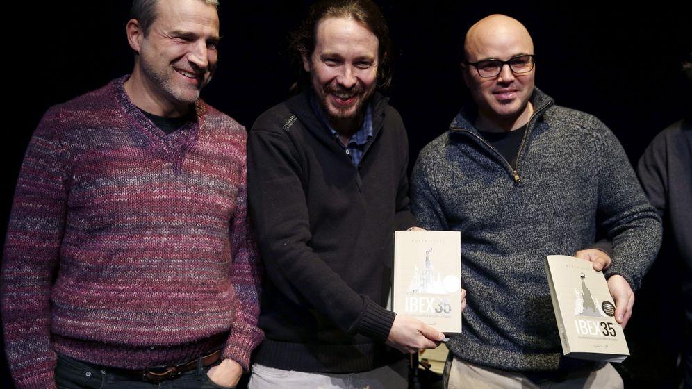 Foto: Pablo Iglesias (c) participa junto al actor Alberto Sanjuán (i) en la presentación del libro de Rubén Juste (d) 'Ibex 35, una historia herética del poder en España'. (EFE)