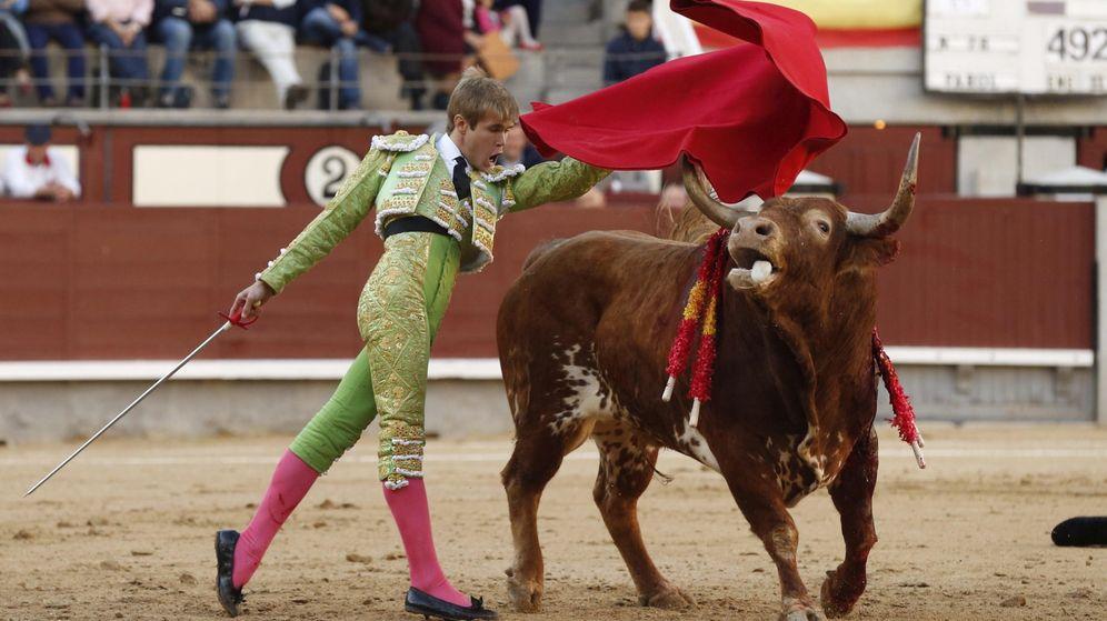 Foto: ÚLTIMA CORRIDA DE LA TEMPORADA EEl diestro Javier Jiménez da un pase a su primer toro en la tradicional corrida del 'Día de la Hispanidad'. EFEN LAS VENTAS