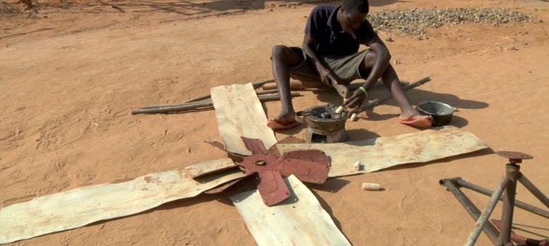 Foto: William Kamkwamba trabaja en uno de sus molinos de viento