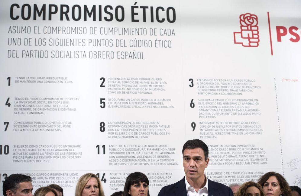 Foto: Pedro Sánchez, en 2015 en la presentación del código ético del PSOE. El punto 3 alude a ejercer cargos públicos bajo el principio de transparencia. (EFE)