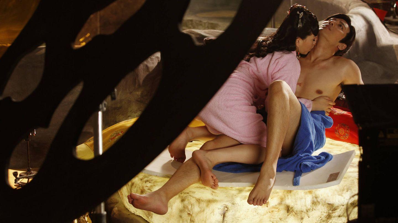 Los actores eróticos Saori Hara y Hayama Hiro ensayan una escena. (Reuters)