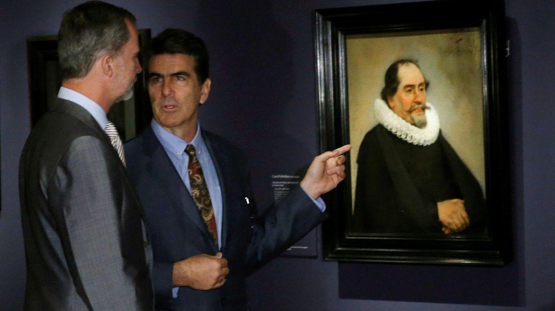 Felipe VI atiende a las explicaciones del comisario de la exposición 'Velázquez, Rembrandt y Vermeer. Miradas afines'. (EFE)