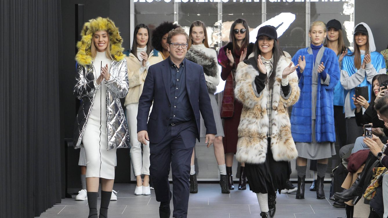 Foto: El diseñador Jesús Lorenzo al final de su desfile junto a Noelia López (Cortesía de la firma)