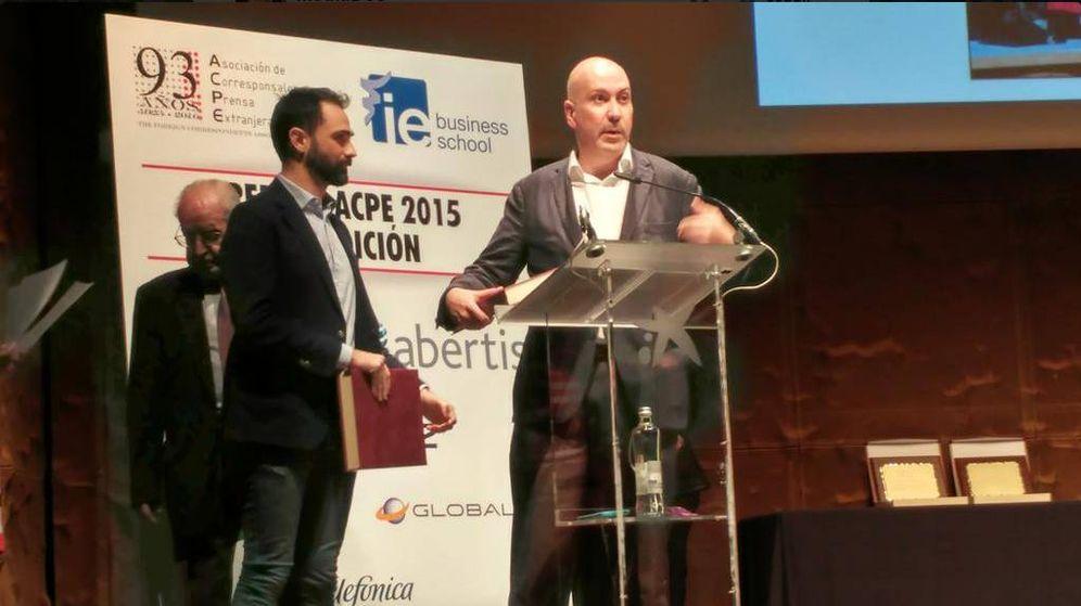 Foto: El director de El Confidencial, Nacho Cardero, recoge el premio de la ACPE. (@Mediamos2)