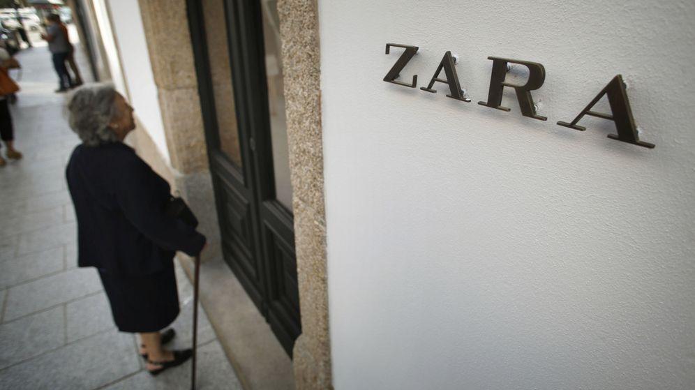 Foto: Una mujer ante la fachada de una tienda de Zara en A Coruña. (Efe)
