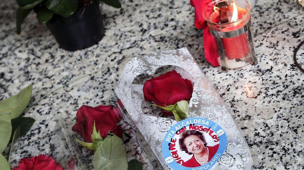 Foto: Flores y velas en el patio de la exalcaldesa Rita Barberá. (EFE)