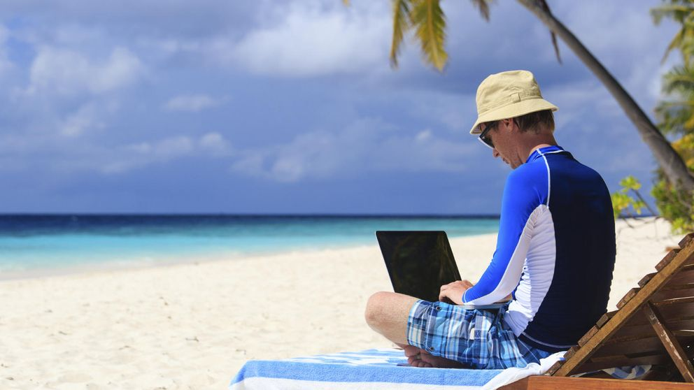 La mitad de los españoles no logra desconectar del todo en sus vacaciones