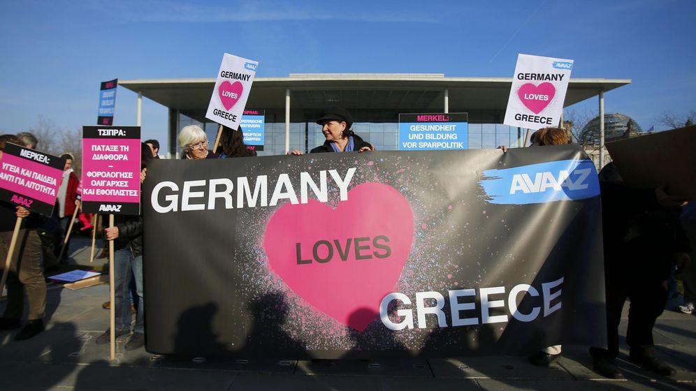 Foto: Manifestación de 'buena cooperación griego alemana' en frente de la Cancillería en Berlín. REUTERS / Hannibal Hanschke