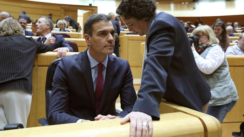 Foto: El presidente del Gobierno, Pedro Sánchez, dialoga con la ministra de Trabajo, Magdalena Valerio (Efe)