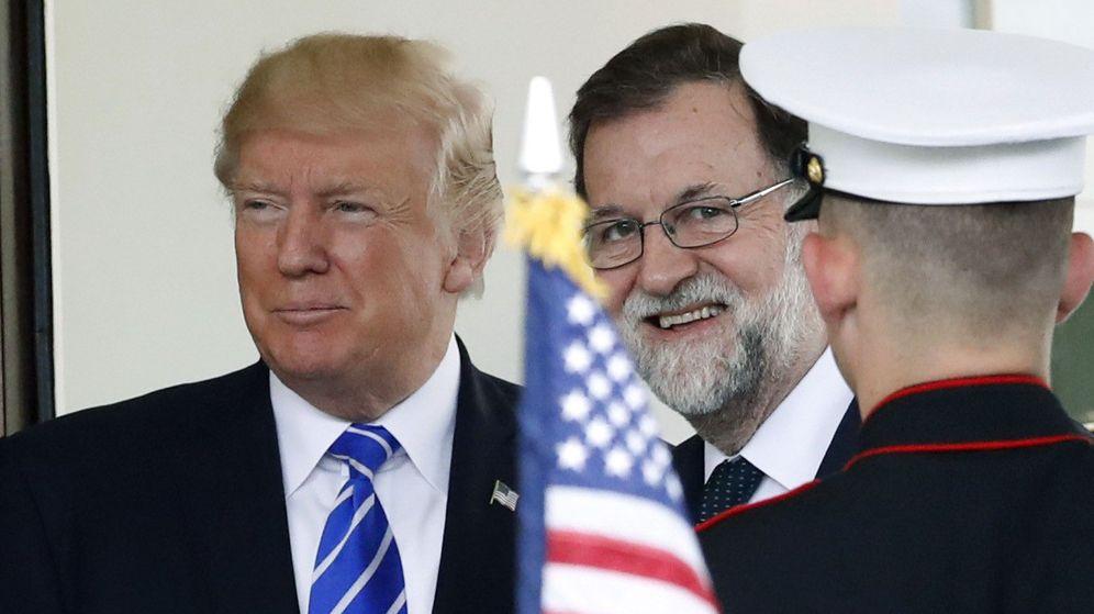 Foto: El presidente de Estados Unidos, Donald Trump (i), recibe al presidente del Gobierno, Mariano Rajoy, a su llegada a la Casa Blanca. (EFE)