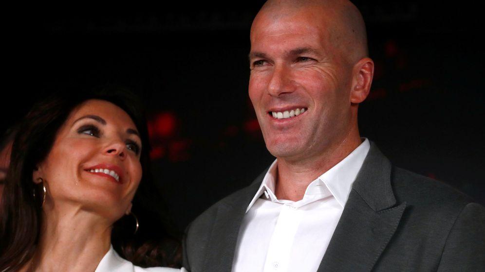 Foto: Zidane junto a su mujer, Veronique, en la presentación como nuevo entrenador del Real Madrid. (Efe)
