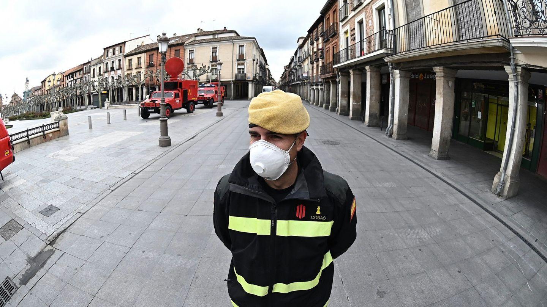 Efectivos de la Unidad Militar de Emergencias (UME) desplegados por el casco histórico de Alcalá de Henares, Madrid. (EFE)