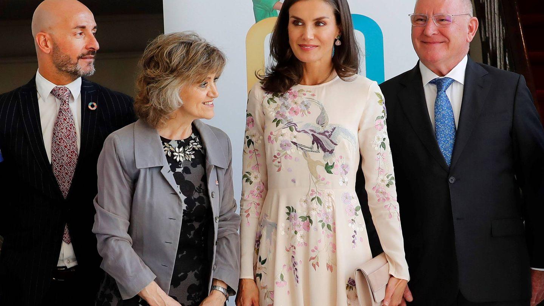 Letizia, acompañada por la ministra de Sanidad en funciones. (EFE)
