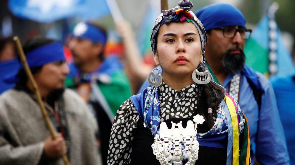 Foto: Una mujer mapuche se manifiesta en contra del Día de Colón en Santiago de Chile. (Reuters)