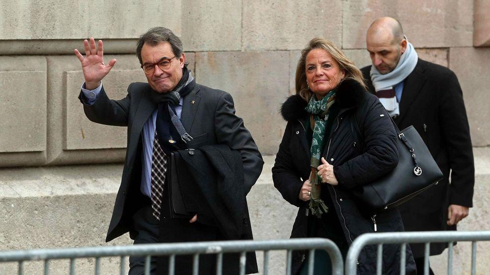 Foto: El expresidente de la Generalitat Artur Mas (i), acompañado de su esposa, Helena Rakosnik, llega a la sede del TSJC. (EFE)