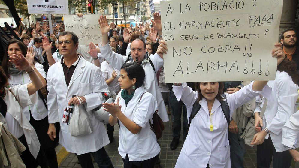 Foto: Los farmacéuticos protestan frente a la Generalitat. Era octubre del 2012. (EFE)