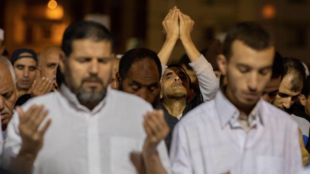 Foto: Varios fieles rezando en Marruecos. (EFE)