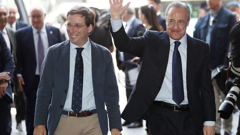 Foto: José Luis Martínez-Almeida y Florentino Pérez, a su llegada al Ayuntamiento de Madrid para celebrar la Liga de baloncesto. (EFE)