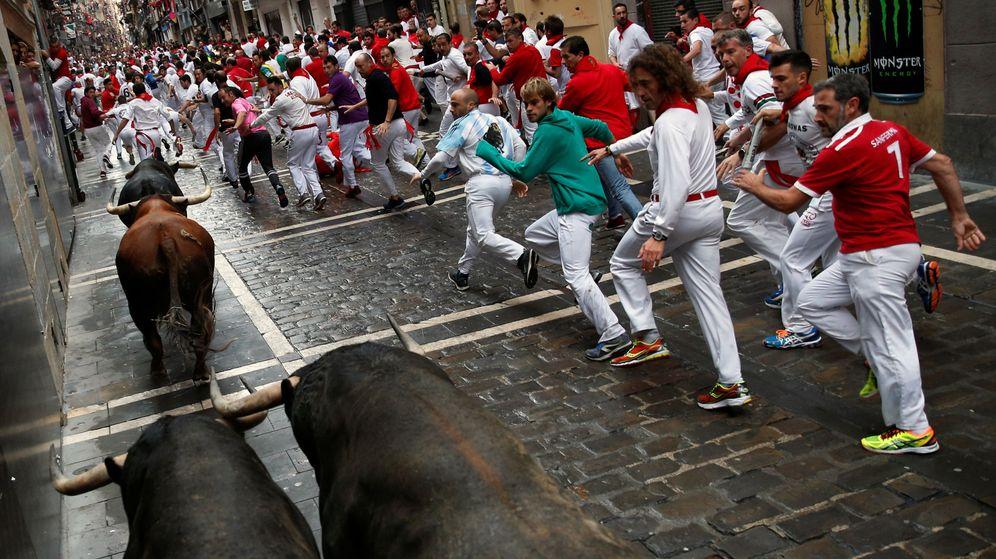 Foto: Varias personas participan en uno de los encierros de San Fermín. (Reuters)