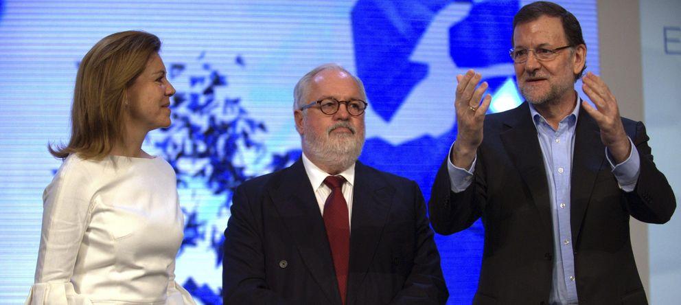 Foto: Mariano Rajoy (d), María Dolores de Cospedal y Miguel Arias Cañete (i), en el acto de presentación oficial de su candidatura. (EFE)