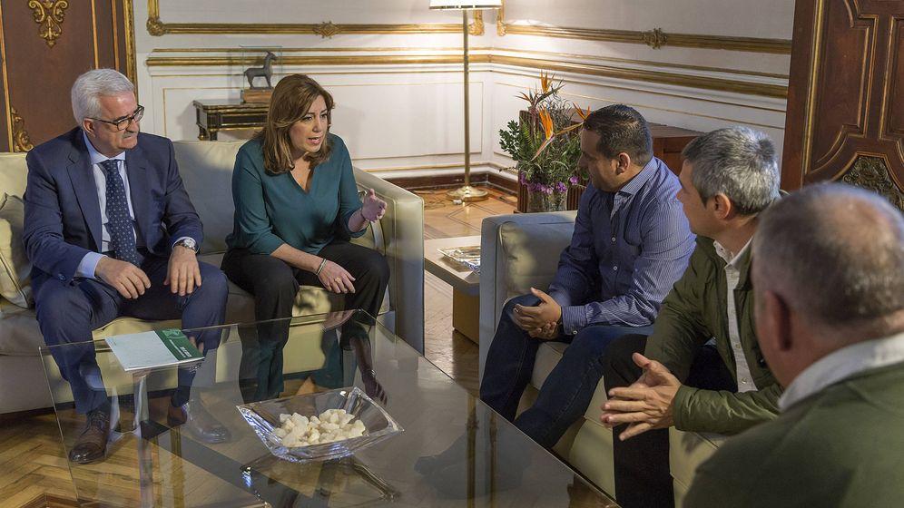 Foto: La presidenta de la Junta de Andalucía se ha reunido este miércoles con representantes de los estibadores. (JA)