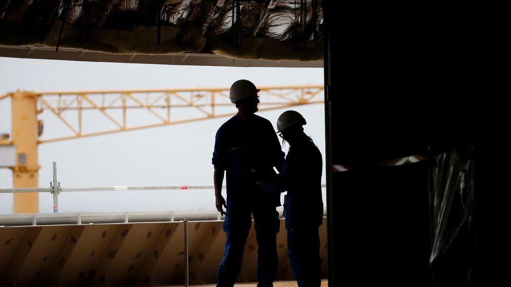 Foto: Constructores navales trabajan en la construcción de un crucero. (Reuters)