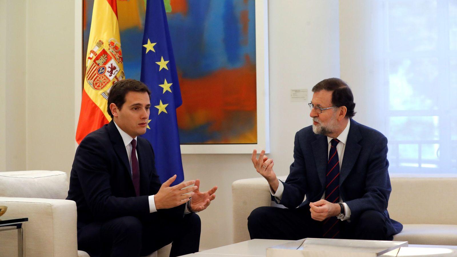 Foto: El presidente del Gobierno, Mariano Rajoy, durante la reunión que mantuvo esta mañana con el líder de Ciudadanos, Albert Rivera (izda). (EFE)