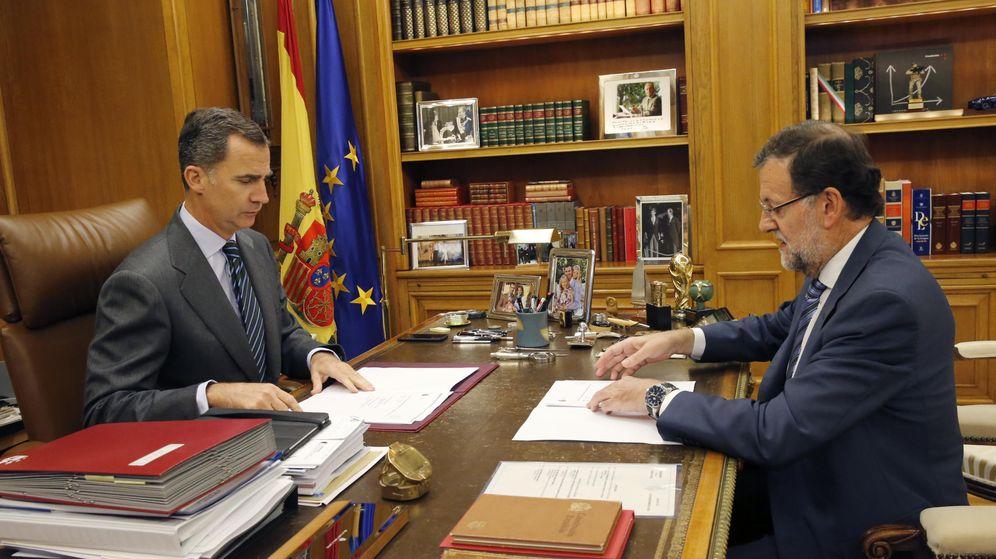 Foto: El Rey Felipe VI y el presidente del Gobierno, Mariano Rajoy (d), tratando la resolución independentista de Cataluña. (EFE)