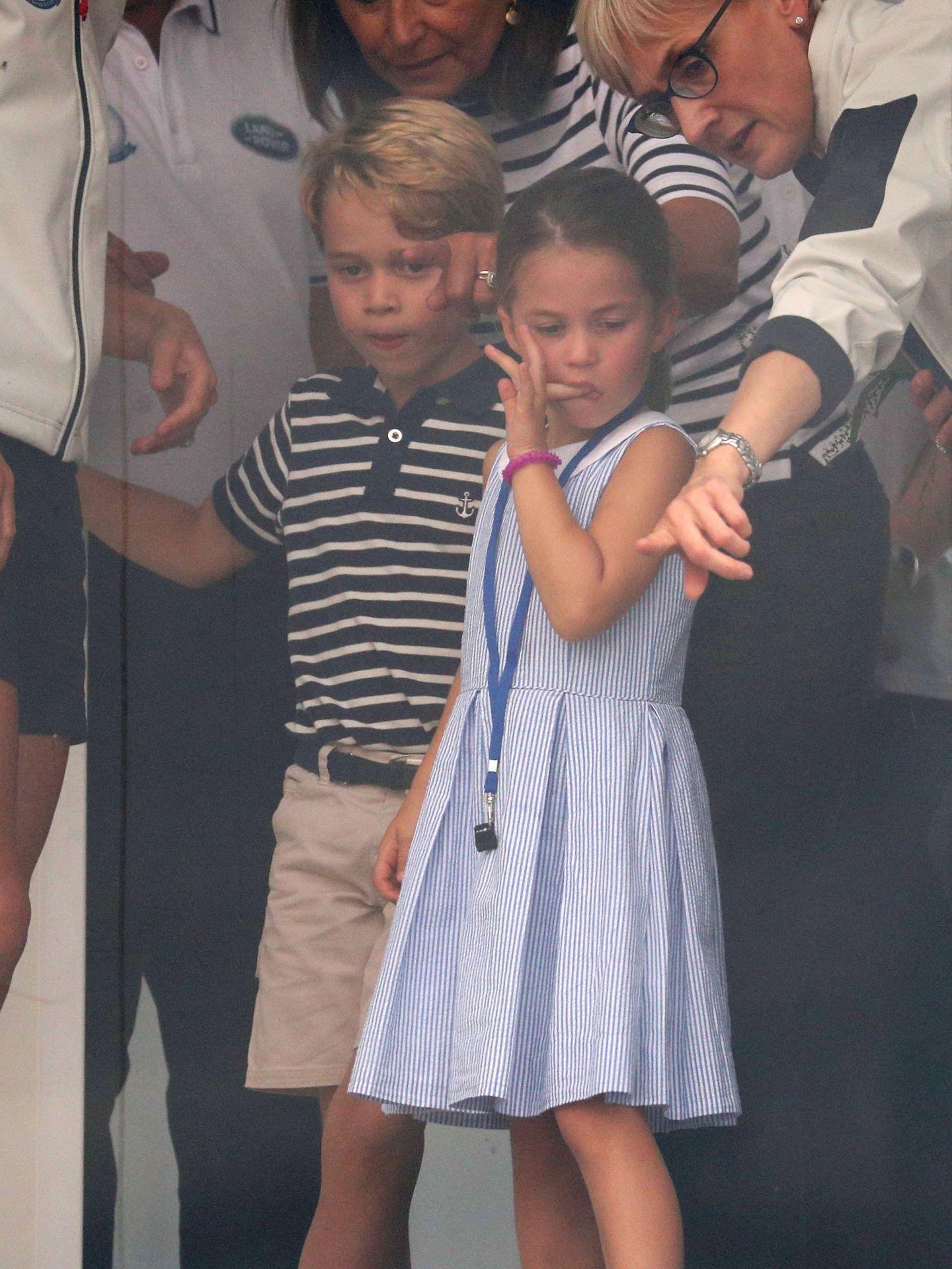El príncipe George y Charlotte, con su abuela materna. (Reuters)