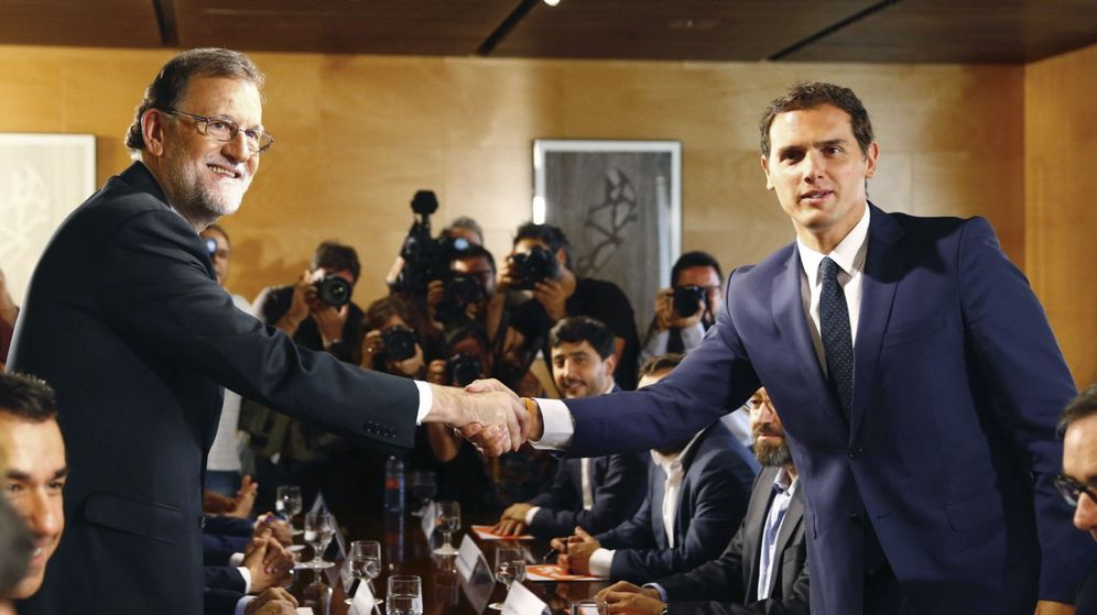 Foto: El jefe del Gobierno, Mariano Rajoy, y el líder de Ciudadanos, Albert Rivera, se estrechan la mano durante la reunión de sus respectivas delegaciones el pasado domingo. (EFE)