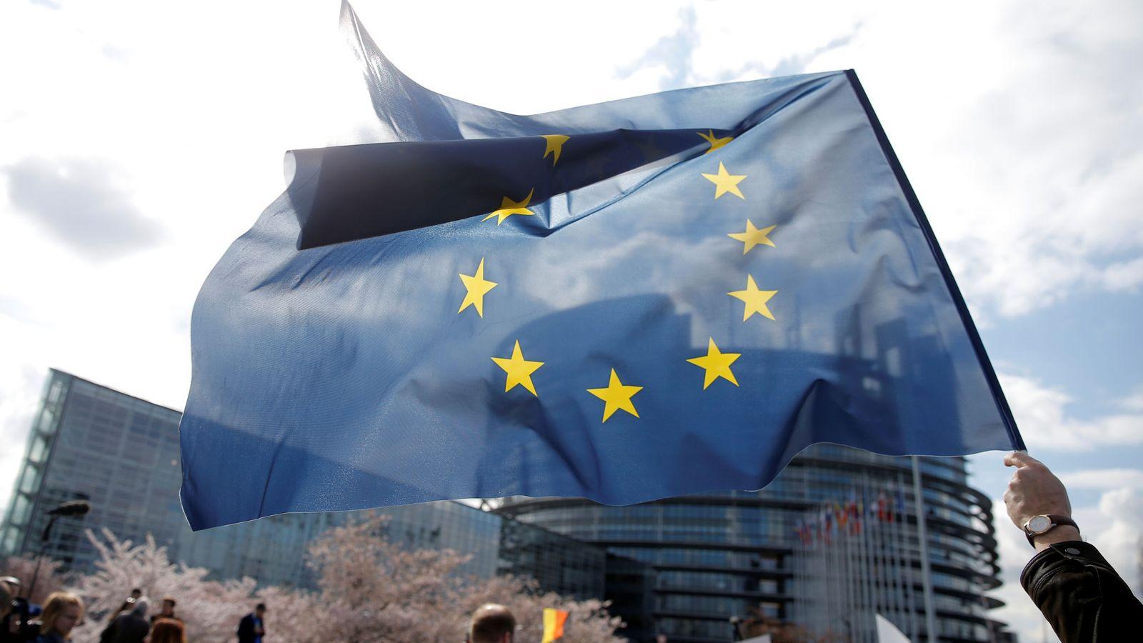 Foto: Un manifestante sujeta una bandera europea ante la sede de la Eurocámara en Estrasburgo. (Reuters)