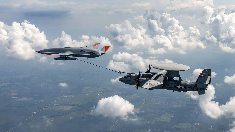 El dron MQ-25 T1 alimentando a un E-2D (Boeing)