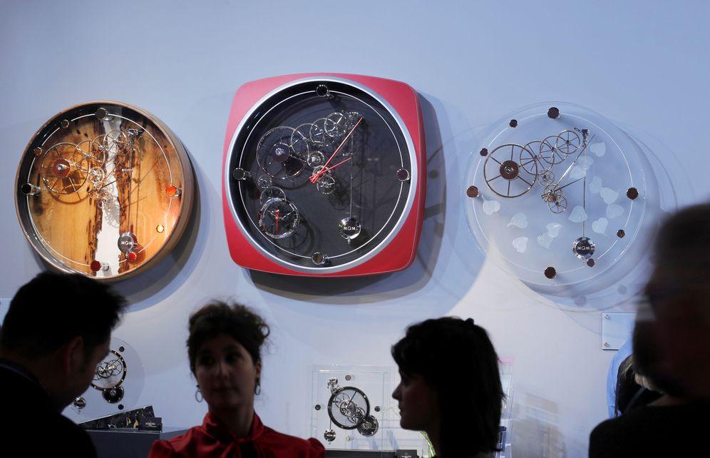 Foto: Relojes de pared expuestos en la feria de Basilea, Suiza, este 21 de marzo. (Reuters)