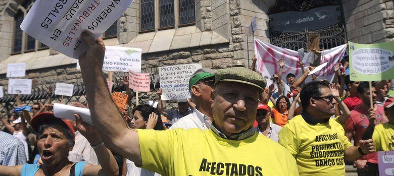 Foto: Titulares de participaciones preferentes de Ceiss durante una manifestación en León. (Efe)