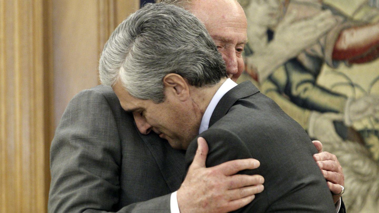El rey Juan Carlos saludando de manera muy afectuosa a Adolfo Suárez Illana hijo, en una imagen de archivo. (EFE)