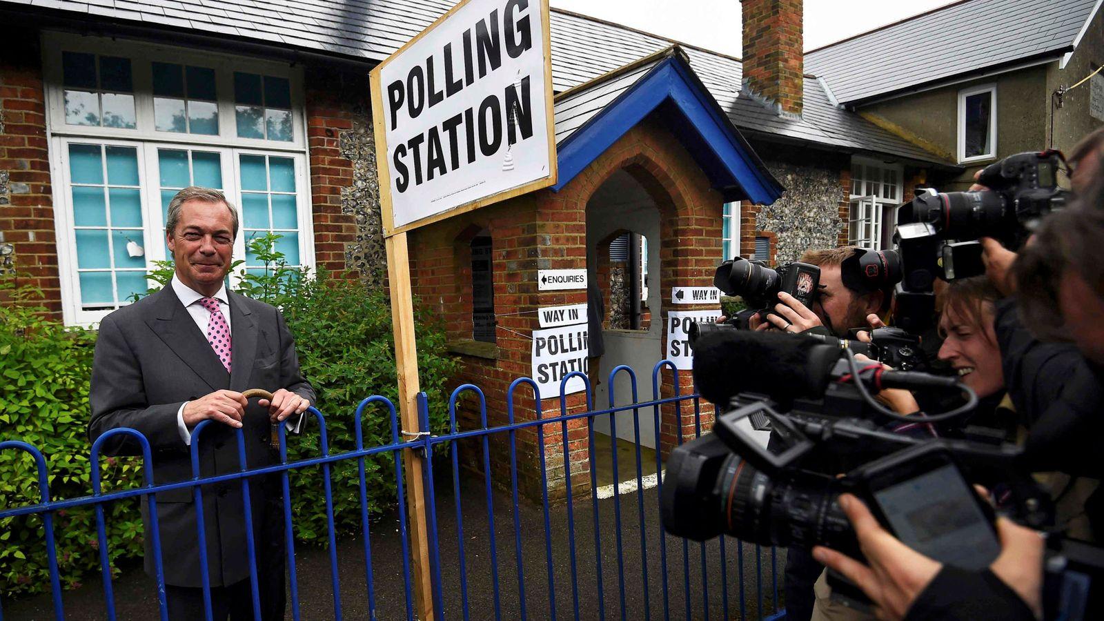 Foto: Nigel Farage, líder del UKIP, sale de un colegio electoral en Biggin Hill, Inglaterra, el 23 de junio de 2016 (Reuters).
