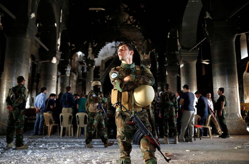 Foto: Combatientes iraquíes durante una misa dominical en una iglesia de Qaraqosh, retomada al Estado Islámico, cerca de Mosul. (Reuters)