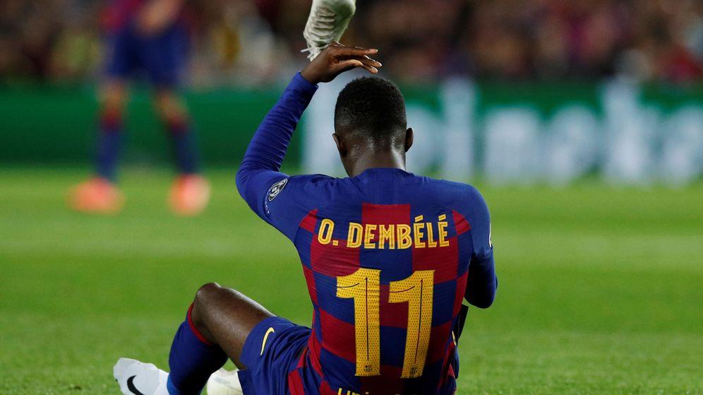 Foto: Dembélé se quita las botas molesto por su nueva lesión. (Reuters)