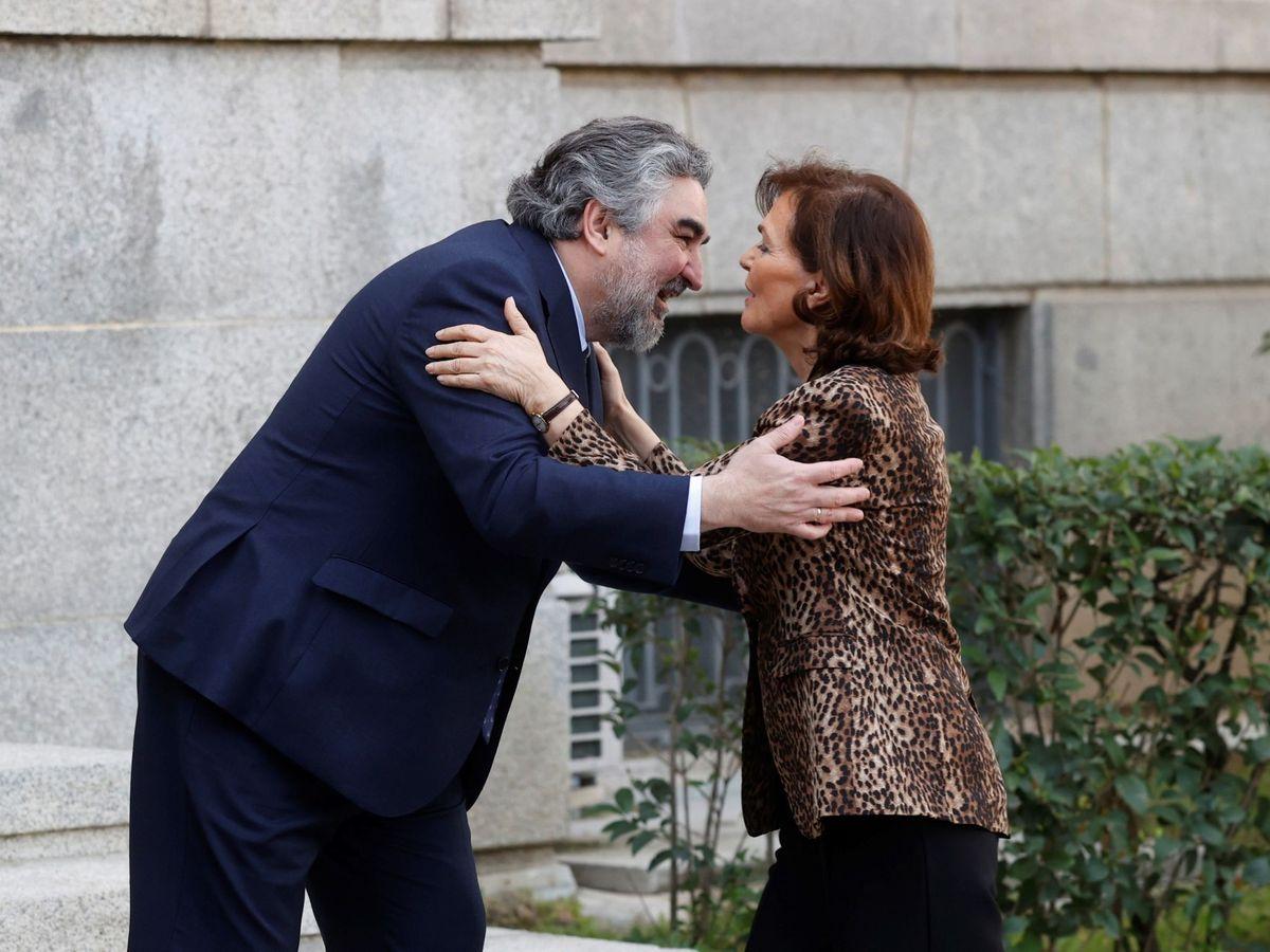 Foto: Carmen Calvo saluda al ministro de Cultura, José Manuel Rodríguez Uribes, el pasado 9 de marzo. (EFE)