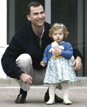La Infanta Leonor llega con su padre a la clínica para conocer a su nueva hermana