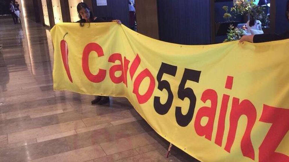 Foto: La pancarta de Carlos Sainz que llevó Noriko al Circuit.